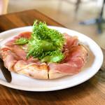 ピッツェリア ロッソ - イタリア産生ハムとリーフサラダのピッツァ。