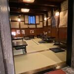 蕎麦・料理 籔半 - 1階石蔵座卓6テーブル 2-6名 小樽の祝津(しゅくつ)ニシン漁の産大網元・白鳥家の残した石蔵でございます。 今でこそ、歴史的建造物の石蔵を再生再活用するお店は多くありますが、弊店先代がこの石蔵を蕎麦屋空間にした昭和40年代後半は、ただの道楽と笑われたものでございます。 小樽が繁栄を極めた時代の熱気をたっぷり吸い込んだ石蔵で、ちょっと贅沢な時間をお過ごし頂ければ幸いでございます。