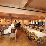 驛の食卓 - 広々150人を収容できるメインダイニング(立食)。貸切パーティーでは音楽演奏やグランドピアノの貸し出しも出来ますのでお気軽にご相談下さい。