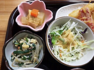小さな和風レストラン 笑福 - 小鉢2つ、サラダ