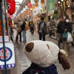135767056 - 地下鉄・大阪メトロの純喫茶めぐりに参加中のボキら。残す1軒は天神橋筋商店街の中にある喫茶店なんだよ。商店街を歩いていると、、、クンクン、いい匂いがするぞっ。ちびつぬ「つぬっこちゃんはお鼻がいいのよね」