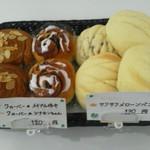 クローバー - 写真右のメロンパン(120円)一味違う人気商品