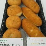 クローバー - 写真左のカレードーナツ(140円)は自家製肉団子入りカレーで大人気!