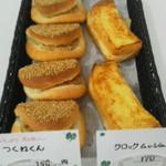 クローバー - 写真左生姜たっぷりの自家製つくねくん(150円)・右は自家製ホワイトソースのクロックムッシュ(170円)