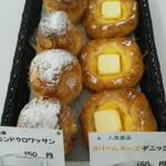 クローバー - 写真左アーモンドクロワッサン(150円)・右のクリームチーズデニッシュ(150円)は、一度食べるとヤミツキの大人気商品