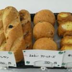 クローバー - 全粒粉のノワ・レザン(160円)・まぁるいクリームチーズ(130円)生地が美味い!