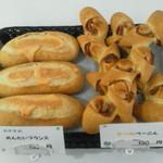 クローバー - 写真左めんたいフランス(150円)は明太子いっぱいのカンパーニュ・右は麦の穂ベーコン(130円)