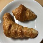 ベーカリーカフェ デリーナ - 大小のクロワッサンです
