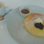 135778524 - サワークリーム&ブラックカウントパンケーキ、ホットコーヒー