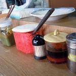 永楽 - 「永楽」卓上のコショウ、紅生姜、辛子高菜、おろしニンニク、ラー油