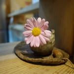 かつみ屋 - 店内に飾られている小ちゃなお花