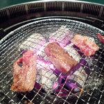 焼肉庵ちくしん - 炭火で焼きます