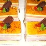 セントカトリーヌ - クレームシブ―スト、下には苺、ブルーベリー、フランボワーズのムース、上にはバニラパティシエール