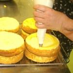 セントカトリーヌ - 6月のケーキ教室、スポンジとカスタードクリームの造り方、皆さん良く出来ています