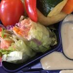 銀カフェ・リビングルーム - 生春巻きと蒸し野菜のソース。ソースを入れる場所が狭くて使いづらい。