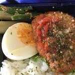 銀カフェ・リビングルーム - 隠元胡麻和え、酢牛蒡、茹で卵半分、メインのハンバーグ。