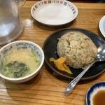 135827637 - 【半焼きめし(380円)】スープも付いてきます。