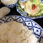 マイペンライ - 気持ち多めにしてくれたタイ米ご飯と、サラダ、デザートはライチ