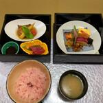 天木 - 手前は梅ご飯と豆腐の味噌汁 梅ご飯、さっぱりして、ほのかに梅の酸味がします。暑い時期にはいいです。
