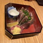135836538 - カツオのタタキ、藁の蒸し焼き 880円です