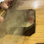 135836541 - 箱を開けると煙が出てきます