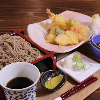 北海道産のそば粉を使用した、香り高い手打ち蕎麦