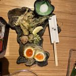 135846782 - 地元素材の天婦羅盛り合わせは、宮城県の形のお皿で出てきます