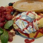 カフェナチュレ - 苺・木いちごブルーベリーのパンケーキ