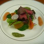 とみや - 但馬牛自家製スモークビーフと彩り野菜 (しその葉のジェノベーゼソースとフレッシュトマトのソース)