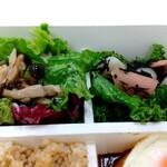 パリヤ - ローストきのこをのせたグリーンサラダ すりおろし玉ねぎドレッシング、ケールとがり、らっきょうのナムル ♪