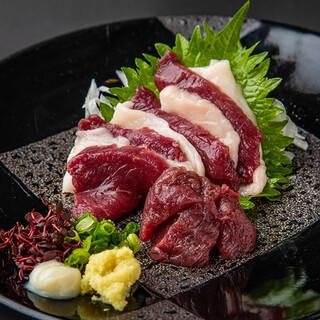 【自慢の逸品】熊本産馬刺しの盛り合わせを九州の甘口醤油で。