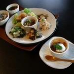 シンパ カフェ - 料理写真:房総のお野菜が楽しめる「健康ランチプレート」。デザートの「豆乳ブリュレ」。