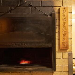炭火と灰を生かした特注の炉釜において高温で焼き上げます。