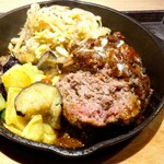 羊肉酒場0,19 - 羊のハンバーグのよく焼きをオーダーしたら肉汁が(^ー゜)ノ