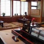 福鮨 - ネタがたくさん並んだカウンター、そしてネタの見えるテーブル席