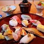 すし幸 花亭 - 握り寿司は1,500円~3,500円など充実のメニュー。メニューによって、汁や小鉢、デザートが付いています。