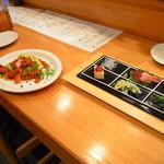 喜楽屋 - 赤鶏のトマト煮 ¥580- &豪華版のお通し。 トマト煮の人参が個人的にはかなり旨かったです。お通しは毎日変わる上に客数が少ない時はこういう豪華な時もあるくらいで(笑)
