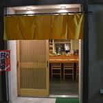 喜楽屋 - 真正面入口前写真です。ここだけ見ればちょっとした小料理屋さん的な。