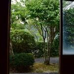 茶庵 芙蓉 - ~茶庵 芙蓉~ 内装、客室から庭園を覗く