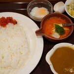 ホーカーズ - 赤カレーと豚肉の2種カレー(800円)温泉玉子(60円)サラダ・デザート(180円)