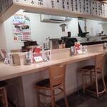寿司酒場 まぐろ人 - 内観・寿司エリアのカウンター