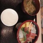 寿司酒場 まぐろ人 - まぐろ人の海鮮丼1100円全景
