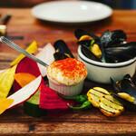 135948539 - モンサンミッシェル産 こぼれムール貝をアイオリ+野菜で 2,000円
