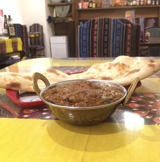 リトル カトマンドゥ - ナスとひき肉カレー&プレーンナン