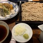 蕎麦五反 - ・野菜天せいろ 今夜は日本酒メインで考えてたから、ご提供いただいたその本格的なお蕎麦に脱帽。 こりゃ美味い。 かなりコシのあるお蕎麦で、サックサクの衣に纏われた天ぷらと絶妙なマリアージュ♫