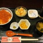 いくら丼 旨い魚と肴 北の幸 釧路港 - いくら丼定食(大)/味噌汁のふたを開けた後・ランチ