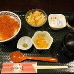 いくら丼 旨い魚と肴 北の幸 釧路港 - いくら丼定食(大)/味噌汁のふたを開ける前・ランチ