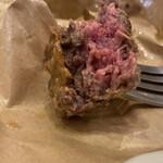 サンチャゴ バーガーズ - つなぎなしのミンチは ほんのりピンク