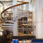フクモリ - 螺旋階段とワイン棚