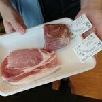 ひこま豚食堂&精肉店 Boodeli - オーダーカットの調理する肉を手見せてくれます